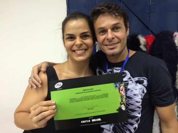 Feliz da vida recebendo o certificado